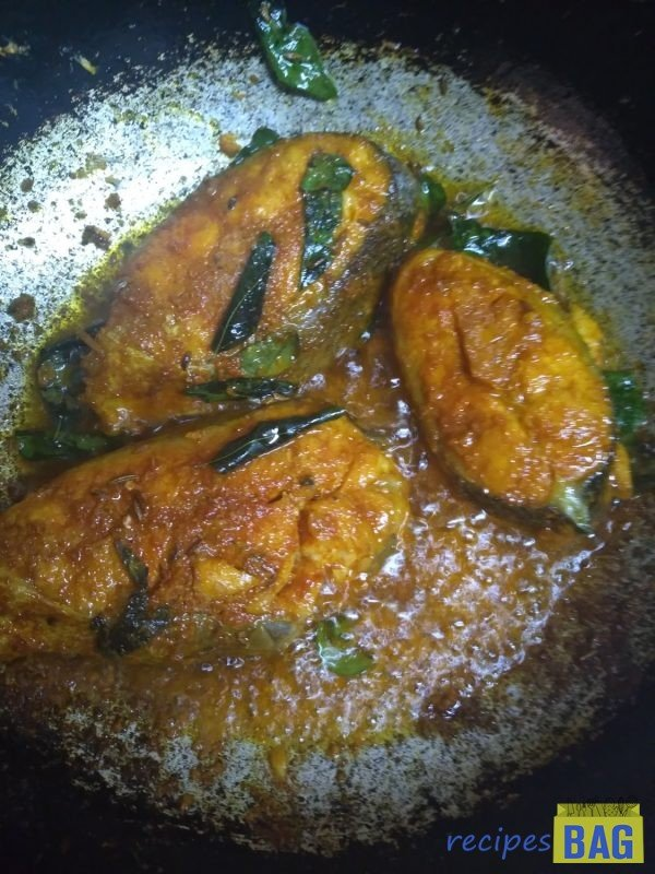 Now heat oil in a cooking pot on medium heat. To this add, cumin seeds and curry leaves for tempering. Then add the marinated fish and fry for 2 minutes and remove it on a plate and keep aside. (Here frying the fish is optional. Details in the recipe notes below).